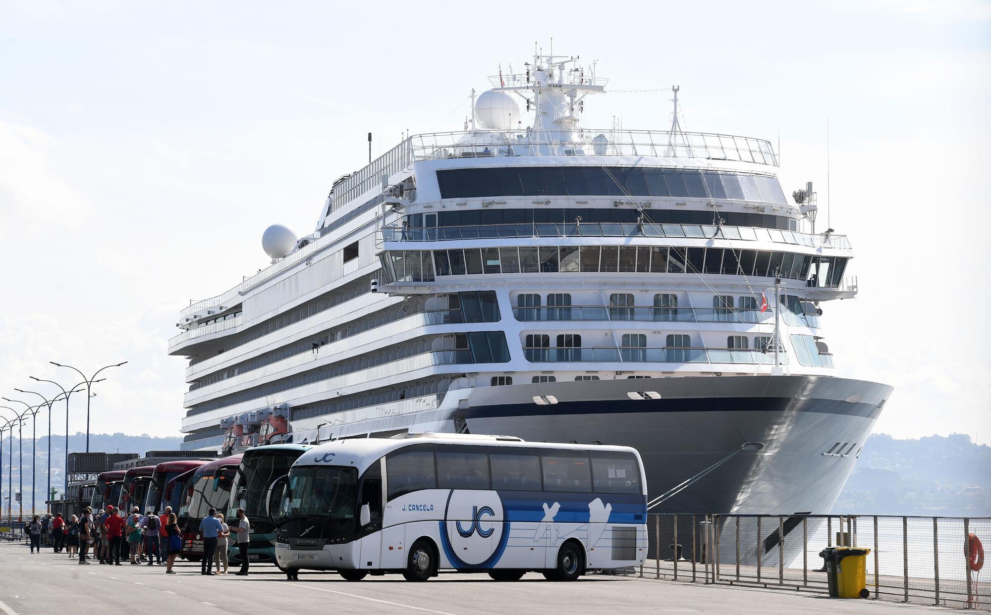Llegada a A Coruña de los primeros cruceristas tras la pandemia