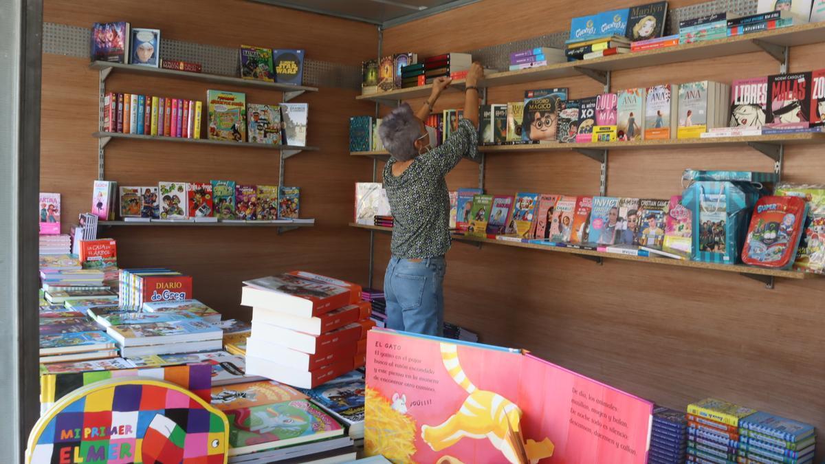 Las librerías locales ultimaron ayer el montaje de las casetas para la feria.