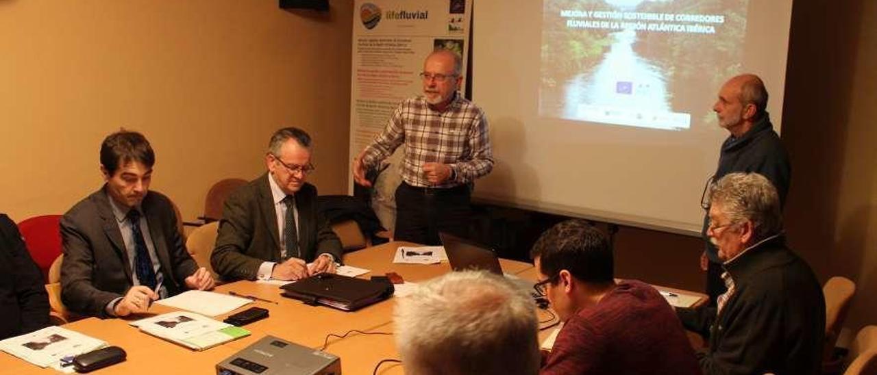 El director del Instituto de Recursos Naturales y Ordenación del Territorio (Indurot), Jorge Marquínez, de pie junto a Jesús Valderrábano, se dirige a los asistentes al encuentro de ayer en Vegadeo.