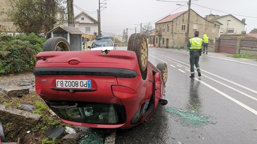 Un conductor herido tras chocar contra un muro y volcar con su coche