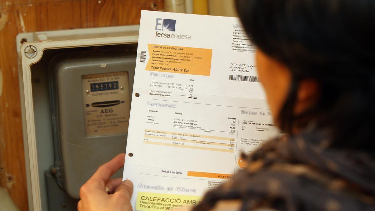 Una usuario revisa la factura de la luz, en una imagen de archivo.