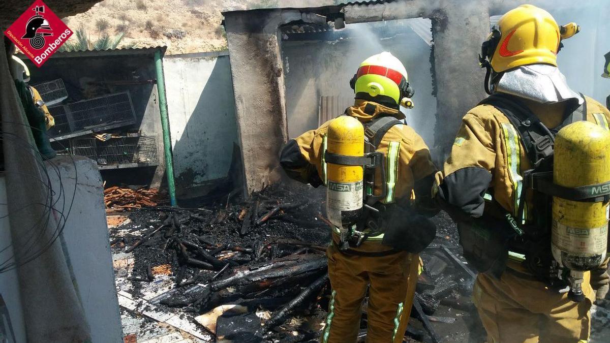 Efectivos del Parque de Bomberos de Orihuela extinguen un incendio en el patio de una vivienda.