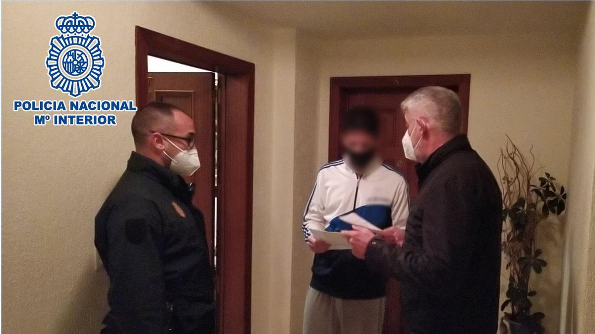 Agentes de la Policía notifican al ciclista la sanción en su domicilio.