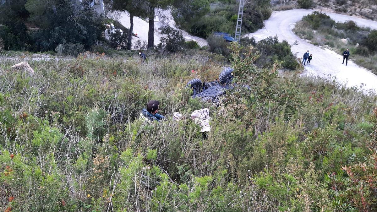 Un agente de la Guardia Civil junto al quad; el herido estaba todavía atrapado.