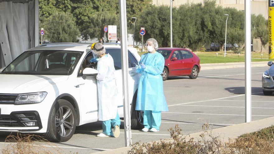 Los contagios caen a niveles del pasado verano en Alicante con 12 fallecidos en dos días