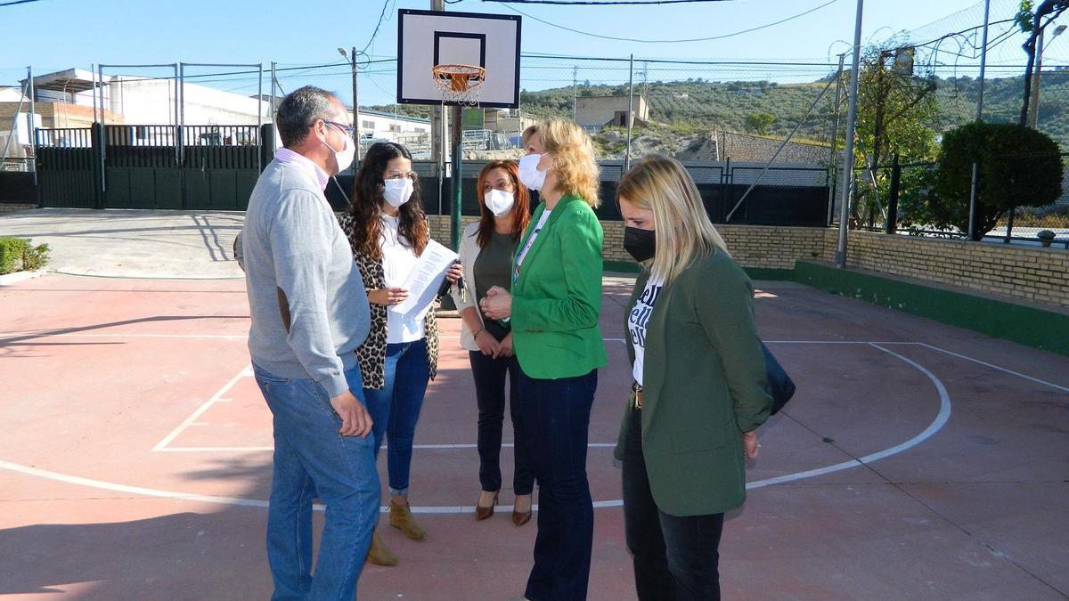 La delegada de Educación, con miembros del equipo de gobierno de Rute y maestros.