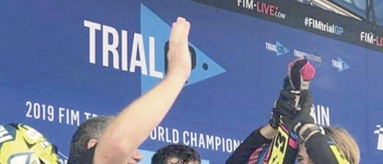 Marcelli festeja su título en el podio. // RFEM/@GgMarcelli
