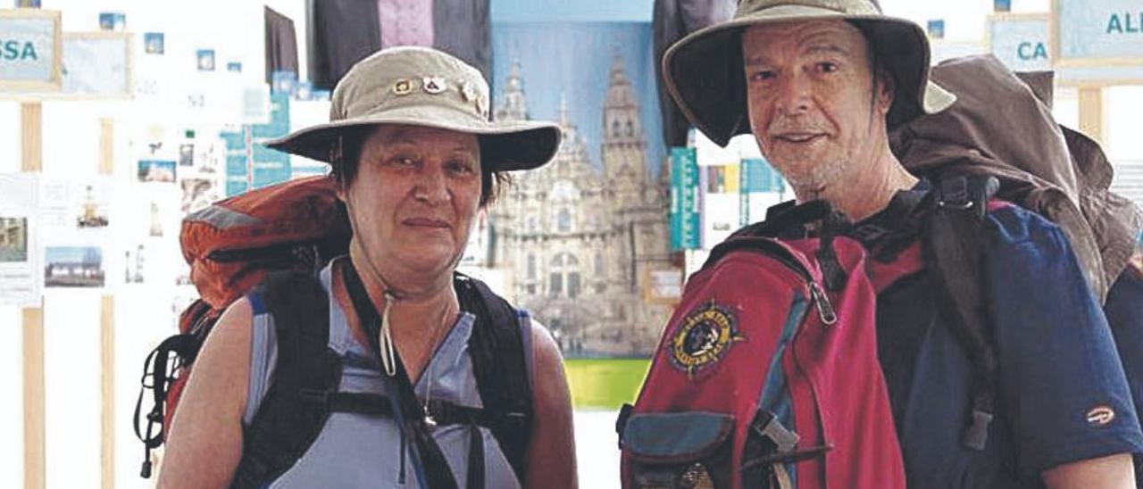 Peregrinos a Santiago entre naranjales