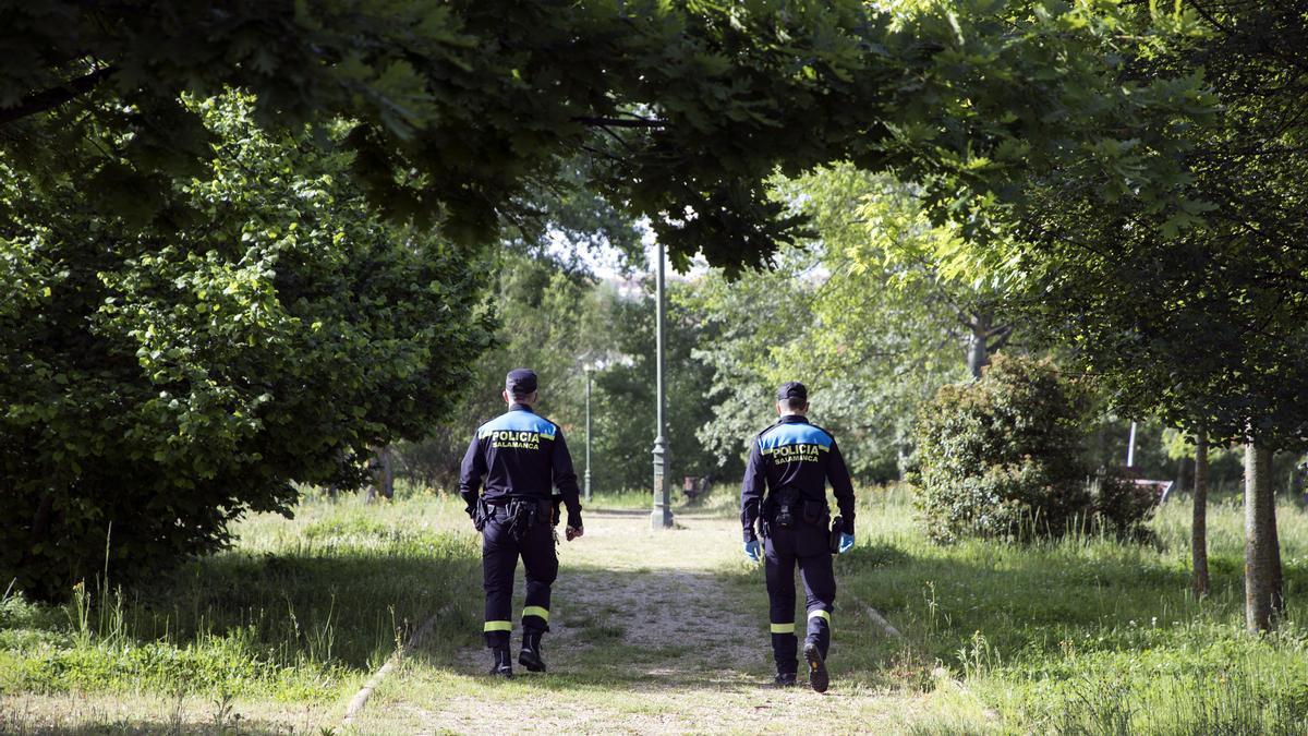 Dos agentes de la Policía Local de Salamanca.