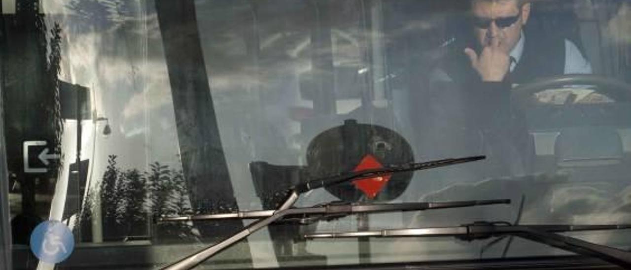 Sancionan al autobús urbano por no dar gafas de sol a los chóferes