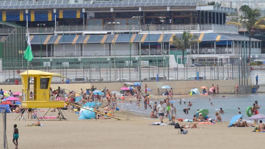 El poco sol en las playas le gana al preludio de las restricciones