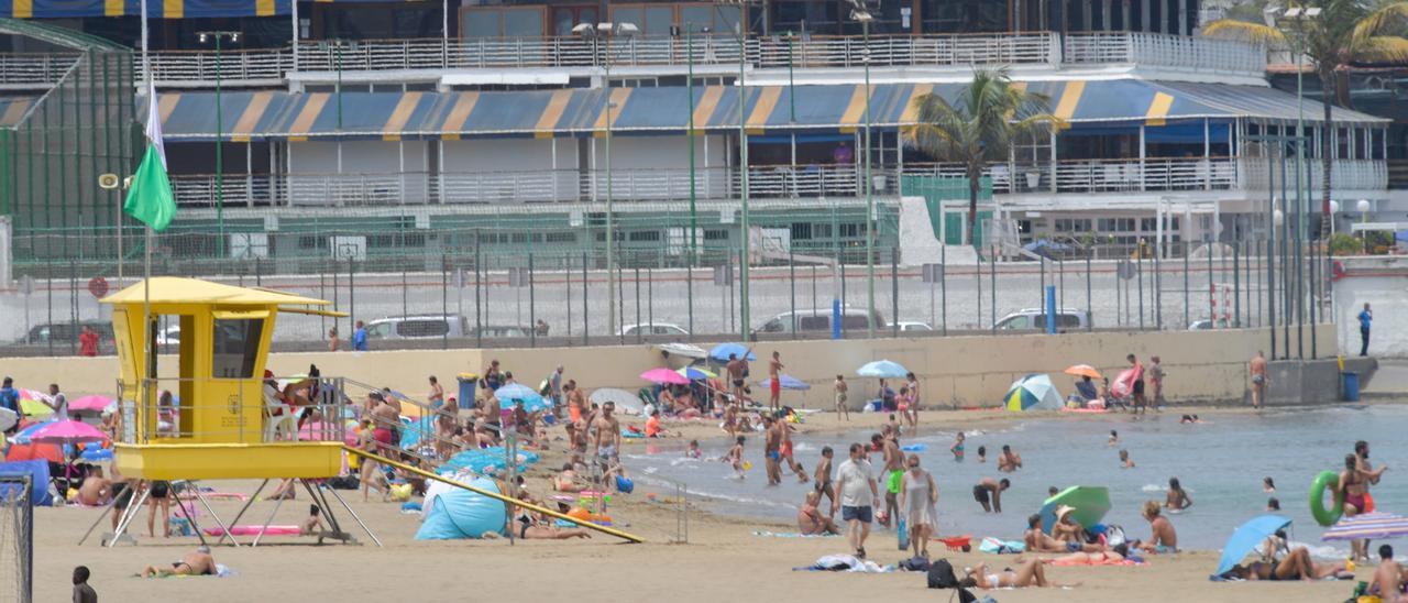 Una postal de la playa de Las Alcaravaneras de este domingo 25 de julio de 2021