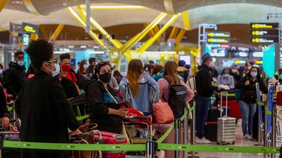 Pasajeros esperando en el aeropuerto