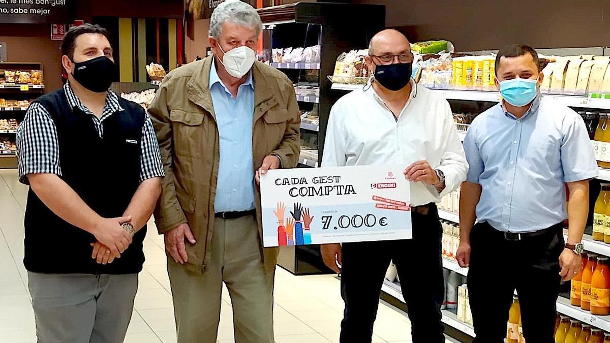 Los responsables de Eroski han hecho entrega del dinero a Cáritas de Ibiza y Formentera.