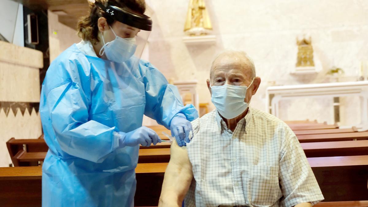 Un anciano recibe la vacuna contra el Covid.