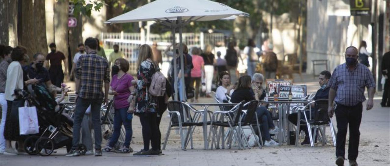 Clientes en las mesas de una terraza de l'Albereda de Xàtiva, en una imagen reciente. | PERALES IBORRA