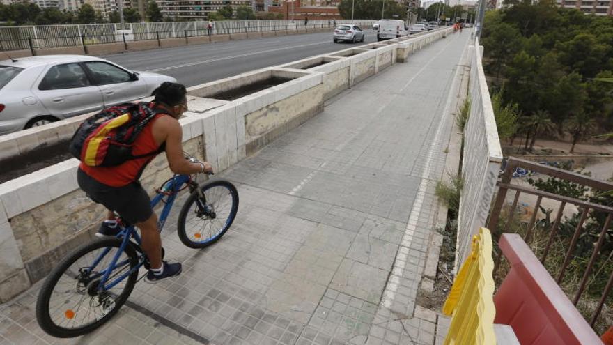 Movilidad descarta modificar el vial ciclista en el puente del Ferrocarril