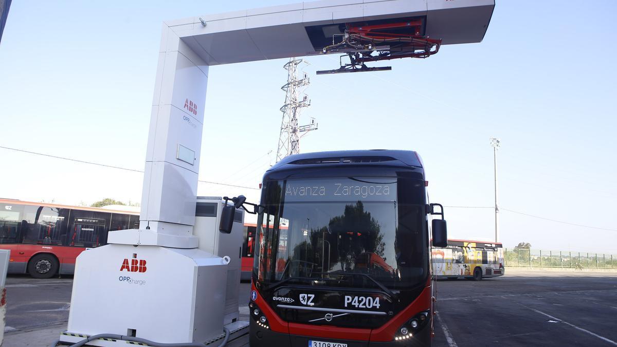 Una autobús eléctrico de prueba recargándose en cocheras.