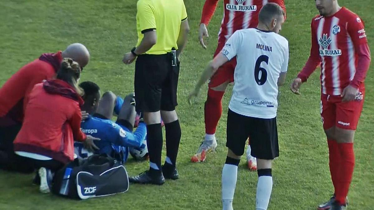 Mapisa, doliéndose sobre el césped del Helmántico, donde tuvo inicio su lesión.