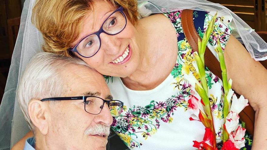 El Hospital de Torrevieja celebra por sorpresa las Bodas de Oro de un paciente ingresado desde hace tres meses