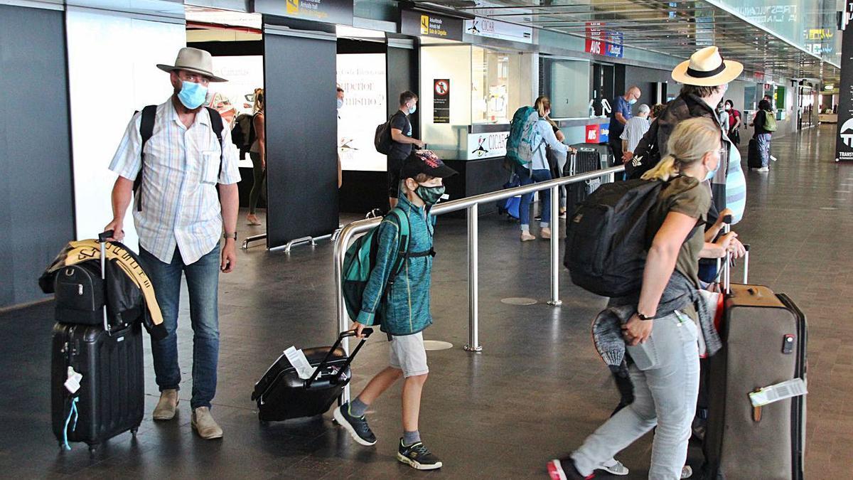 Llegada turistas al aeropuerto de La Palma. | | R.P.