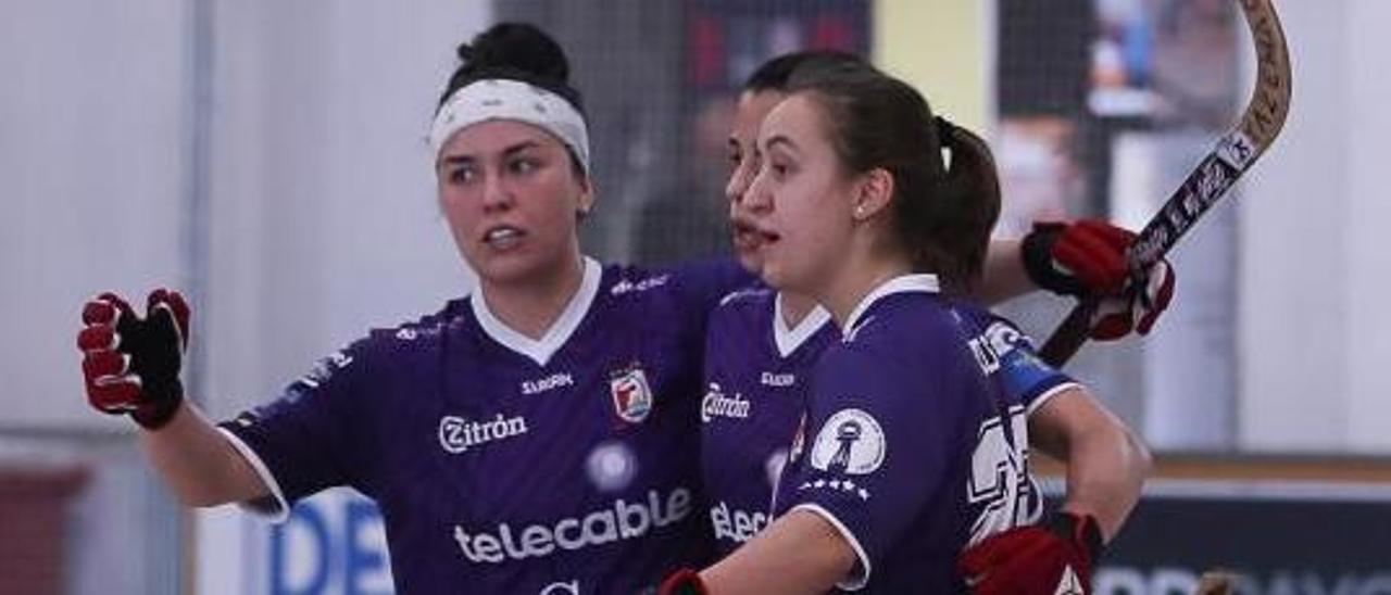 Natasha Lee, Sara Lolo y Sara Roces festejan un gol.