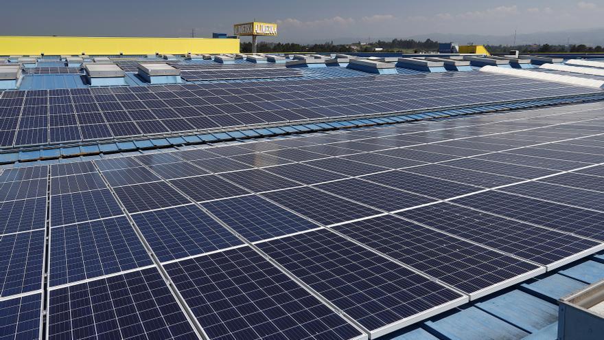Instalación de placas solares en el tejado de un supermercado. Foto: cedida