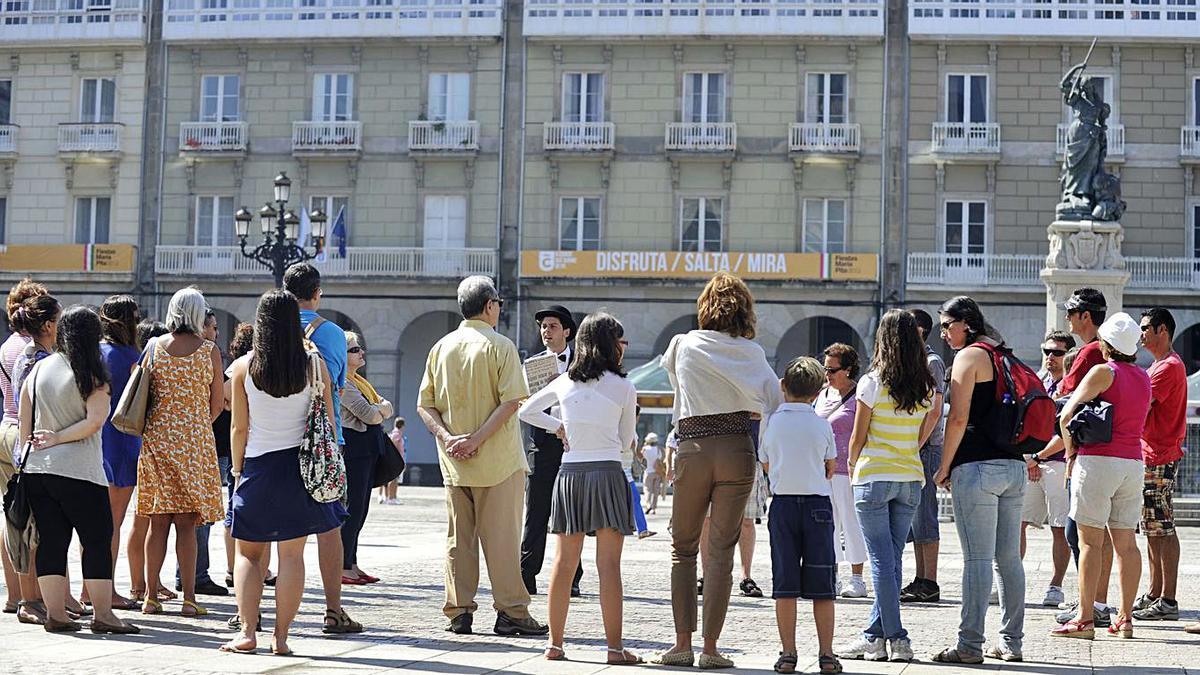 Un grupo de turistas este verano en la plaza de María Pita. |   // CARLOS PARDELLAS