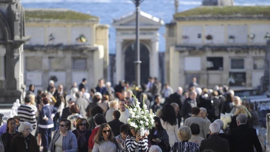 Los autobuses se refuerzan para facilitar el acceso a los cementerios