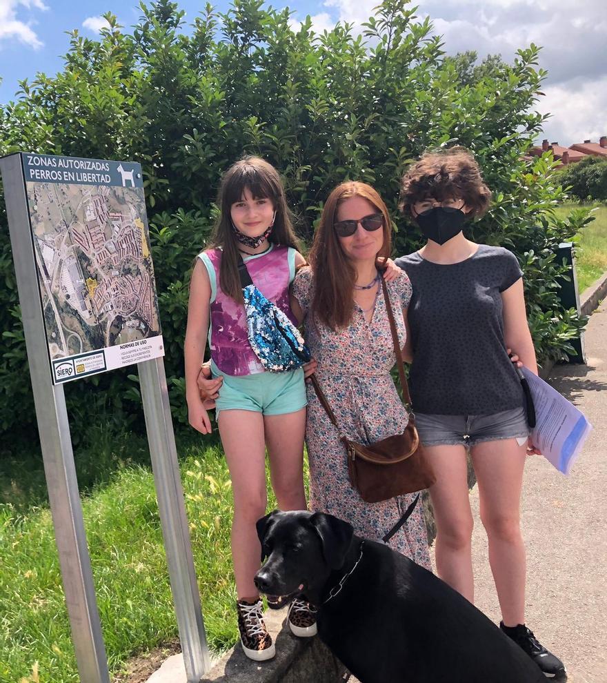 Cloe Álvarez, Candela Canales y Lara Álvarez con su perra Kira.jpeg