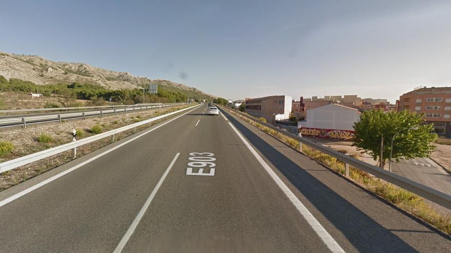 El vuelco de un camión en la A-31 en Villena obliga a desviar el tráfico por la vía de servicio
