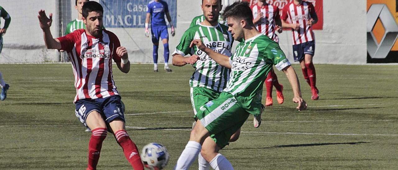 El alondrista Jesús Varela lucha por el balón en el choque contra el Somozas. |  // SANTOS ÁLVAREZ