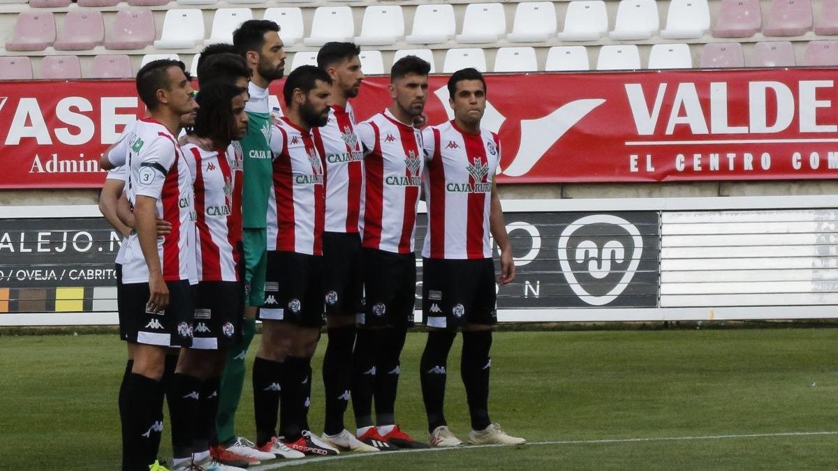 Un minuto de silencio del Zamora durante un partido de la pasada temporada.