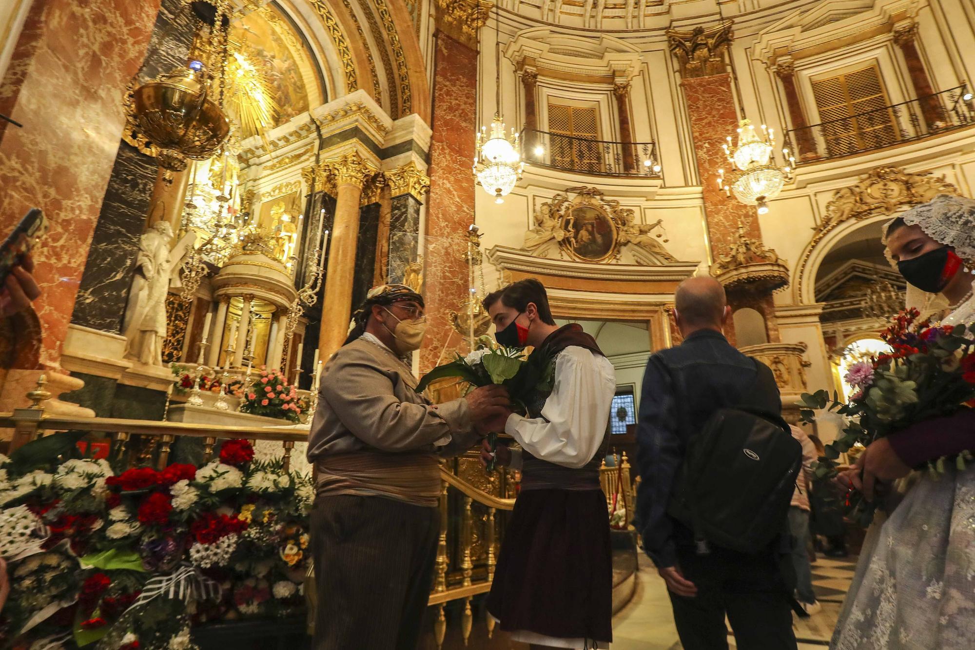 """Flores de los falleros a la Virgen en el primer día de la """"no ofrenda"""""""