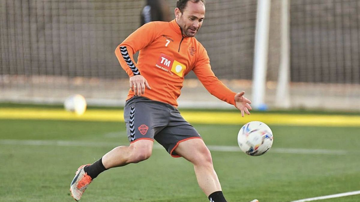 Nino tries to control a ball, during training last Tuesday.  |  SONIA ARCOS / ECF