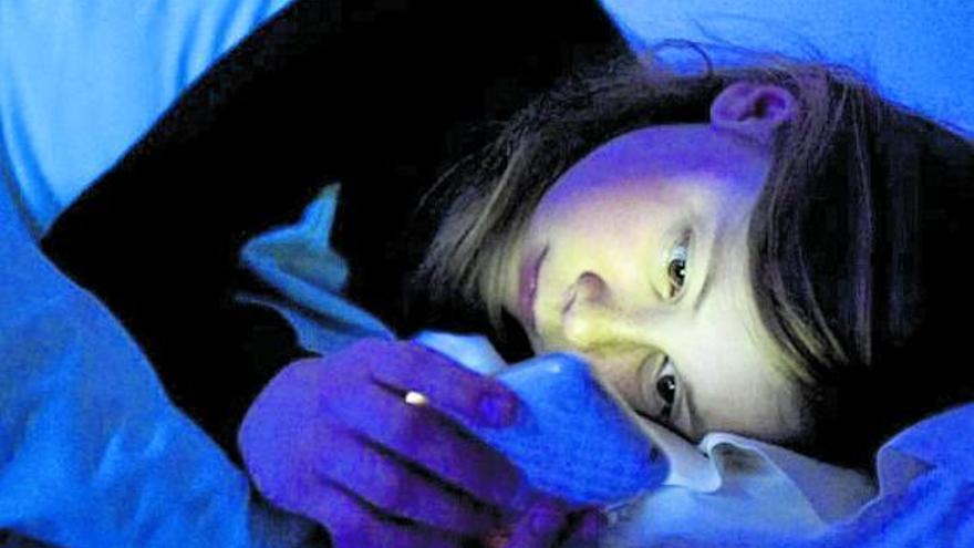 «Vamping»: passar la nit amb el mòbil fa que els adolescents dormin poc