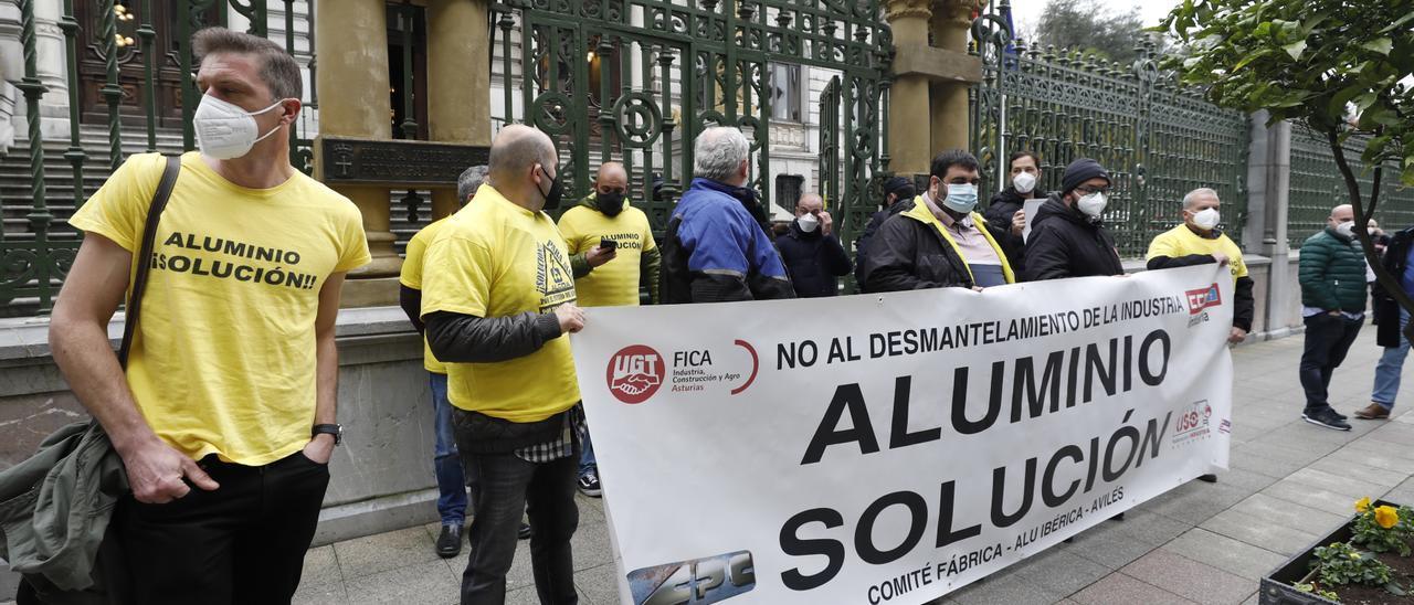 Trabajadores de Alu Ibérica, frente a la Junta.
