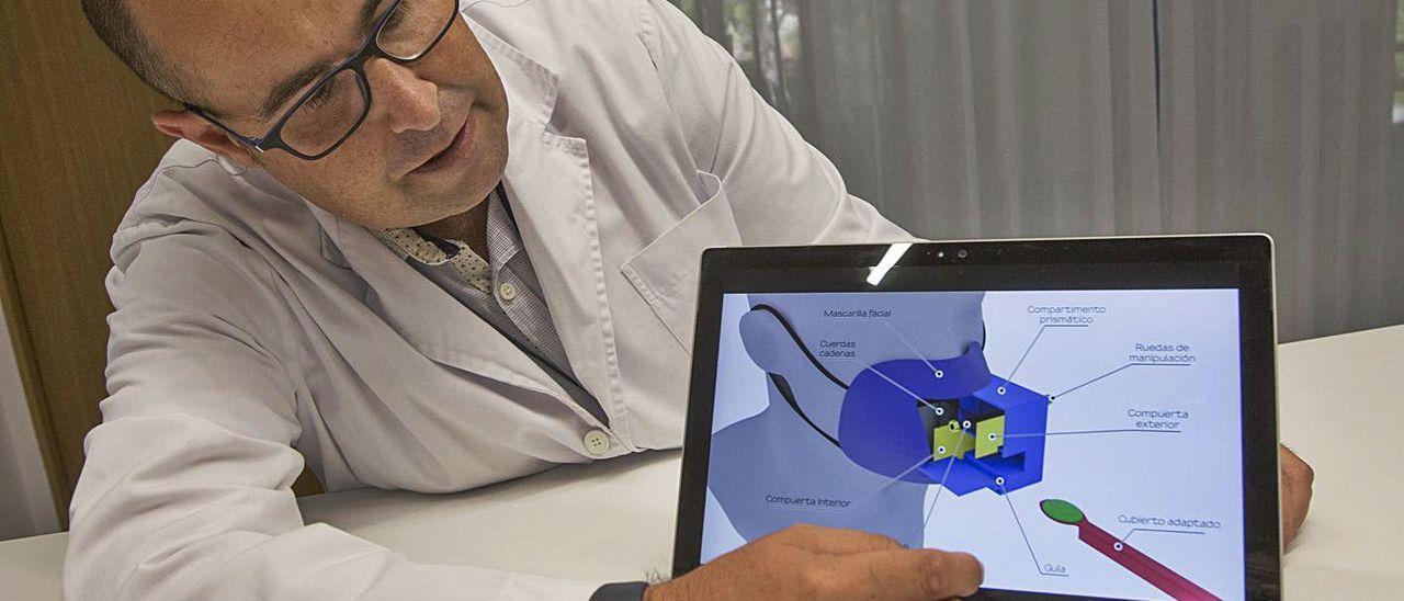 Bernardo Fernández muestra el dispositivo que ha inventado para ayudar a la hostelería. | PILAR CORTÉS