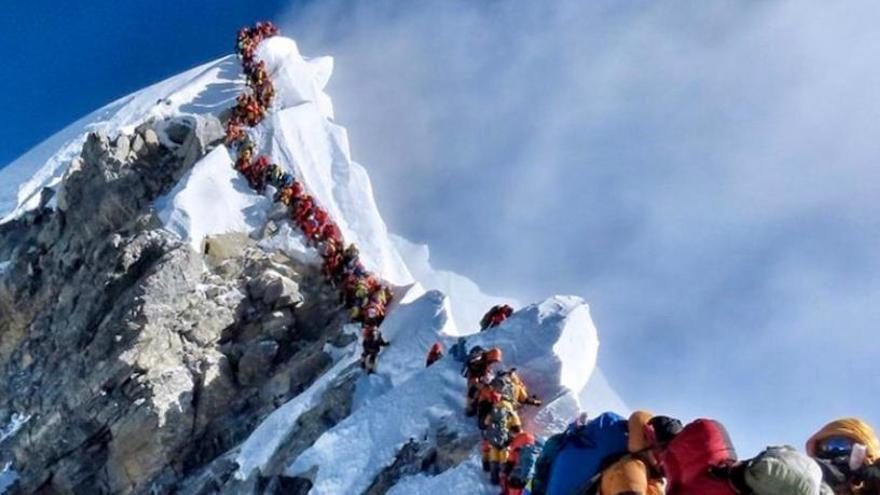 Embús a l'Everest: més de 200 muntanyencs fan el cim en una sola jornada
