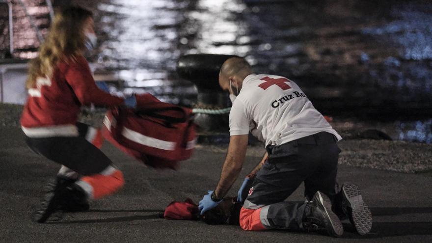 Hospitalizados siete inmigrantes de una patera rescatada cerca de Gran Canaria
