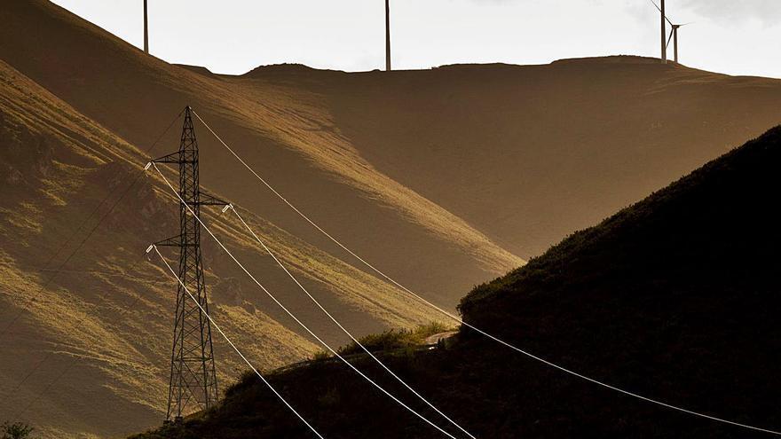 La proliferación de eólicos en Asturias obliga a multiplicar los tendidos para llevar la energía