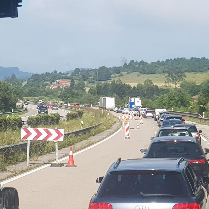 Gran atasco en la salida de Gijón por obras en la carretera