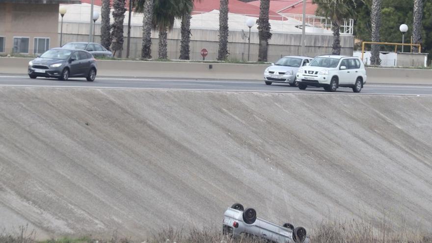 Accidente de tráfico en Valencia: un coche cae al río en la V-30