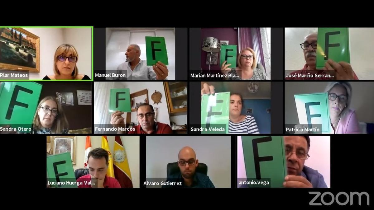 Sesión plenaria en Benavente con los concejales del PSOE e IU. / E. P.