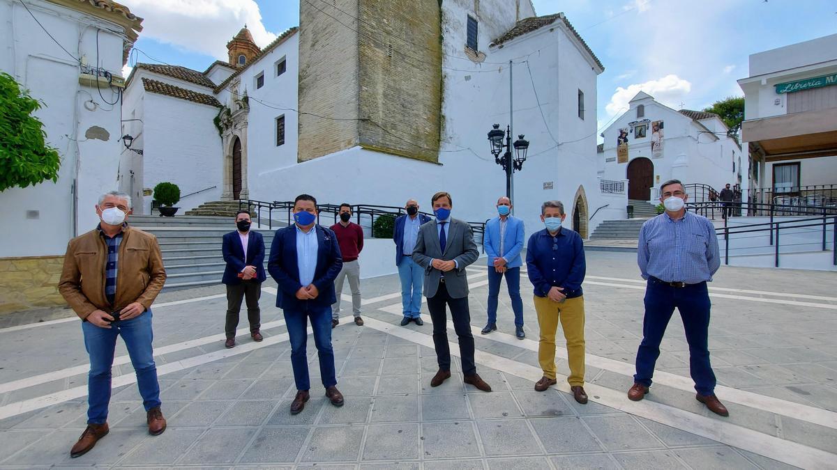 El delegado del Gobierno de la Junta, Antonio Repullo, con los alcaldes asistentes a Montemayor.