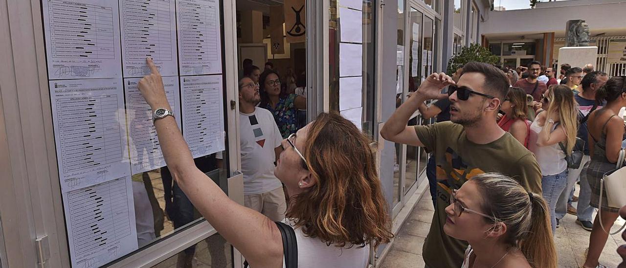 Canarias baraja hacer pruebas  'a medida'  para aliviar la plantilla de interinos