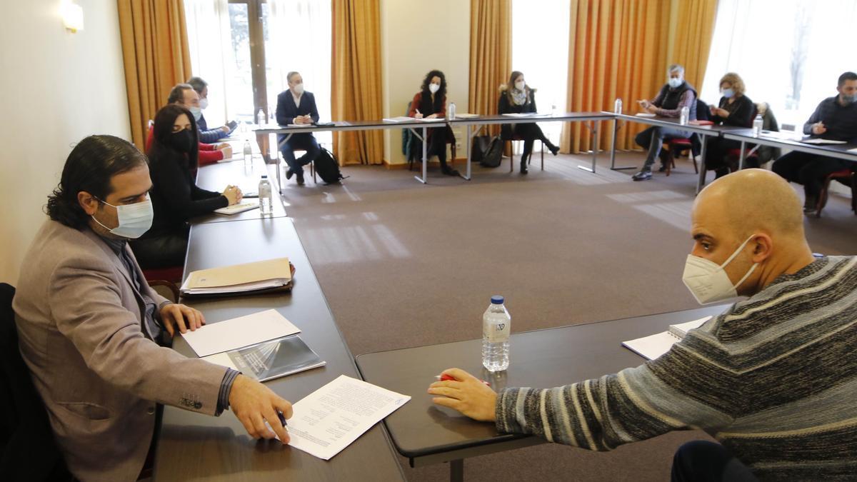 Mesa de negociación del convenio del metal de Pontevedra, ayer en un hotel de Vigo. / Alba Villar