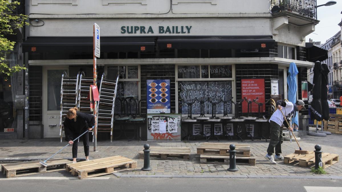 Un grupo de trabajadores prepara la terraza de una cafetería ante la aperturas de estas.