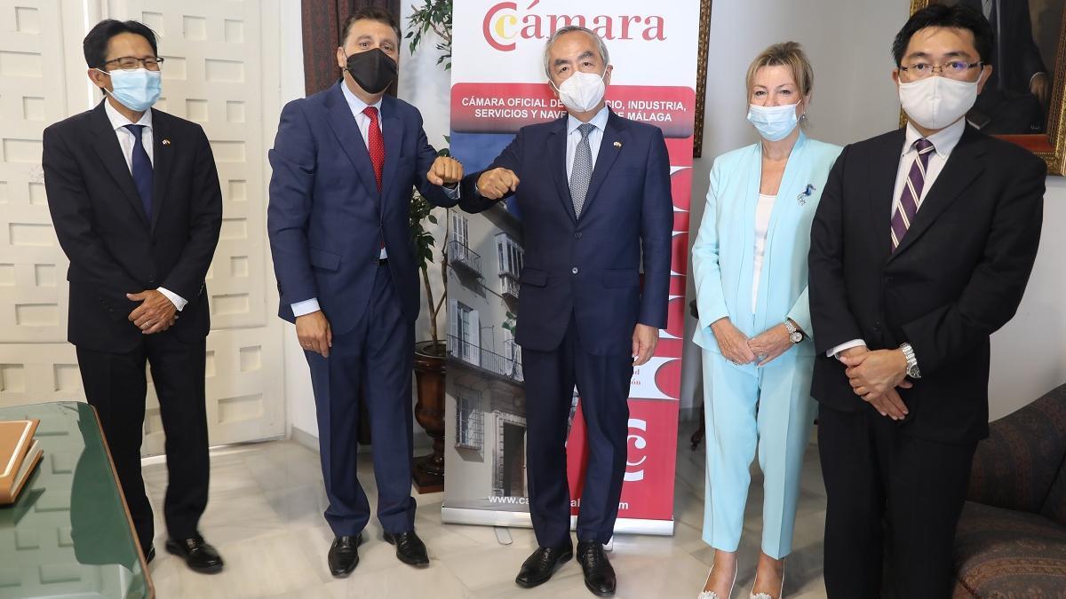 El presidente de la Cámara, Sergio Cuberos, y el embajador japonés, Kenji Hiramatsu, en el centro de la imagen.