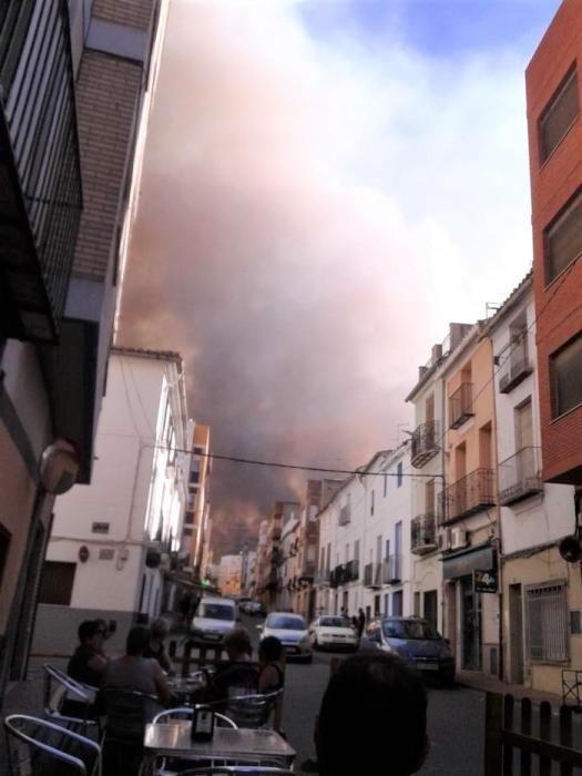 El fuego se acercó el jueves a las calles de Soneja.